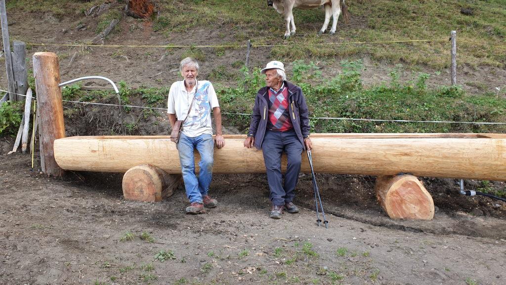 zwei Senioren auf dem Trog